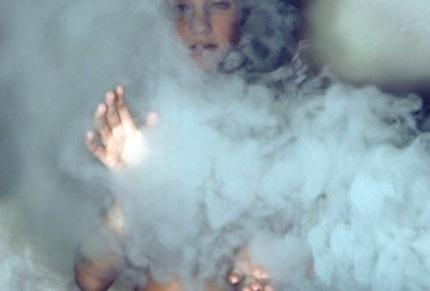 قمر بين الأدخنة